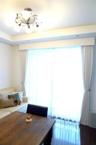 オフホワイト色のカーテン