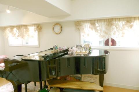 グランドピアノとバルーンシェードの画像