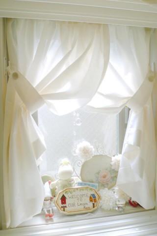 小窓のカーテンの画像