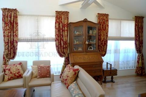 クラシックなカーテンとアンティーク家具の組み合わせ