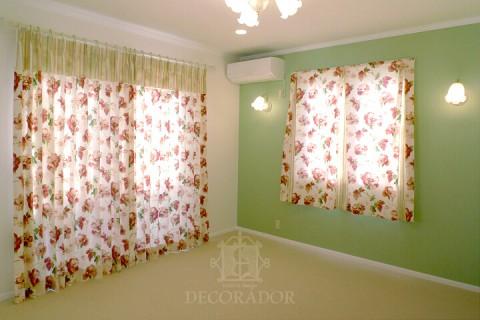 寝室のカーテンを閉じた状態