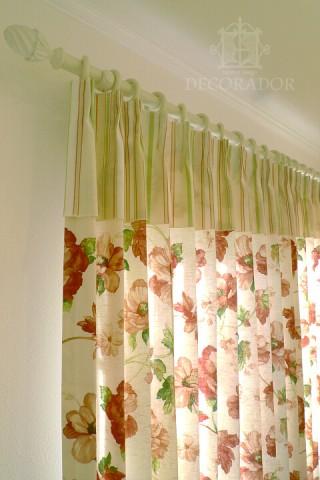 上部フリル付きのカーテン