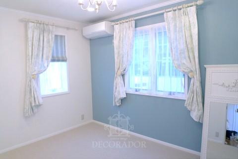 白を基調とした主寝室のカーテン