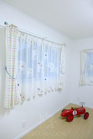 子供部屋の象さん柄のカーテンの画像