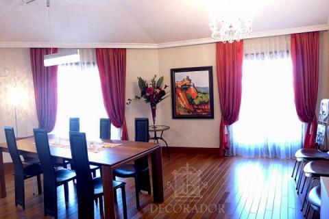 壁に飾られた絵もフラワーアレンジの色も統一感が取れた空間です