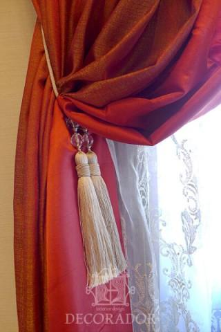 赤いカーテンにクリスタルのタッセルがエレガントで素敵!