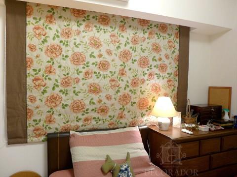 寝室には落ち着いた花柄のシェードの画像