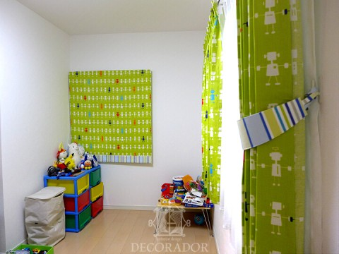 子供部屋のカーテンの楽しいロボット柄の画像