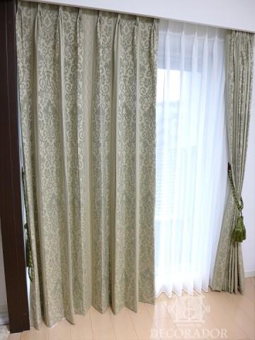 寝室には落ち着いた色柄のカーテンの画像