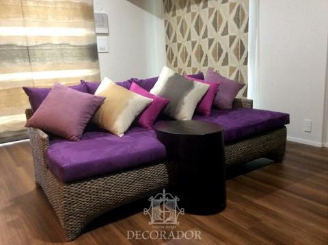 素材感と色使いがとても素敵なソファとクッションの画像