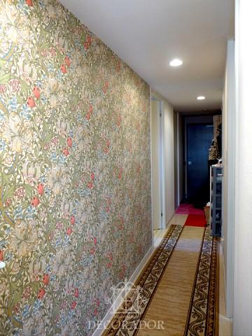 廊下の壁紙はウィリアム・モリスのゴールデンリリーの画像