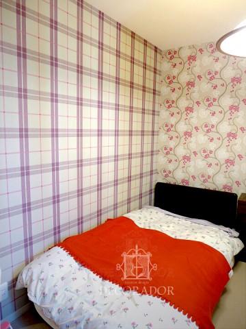 壁紙を貼り分けた寝室の画像