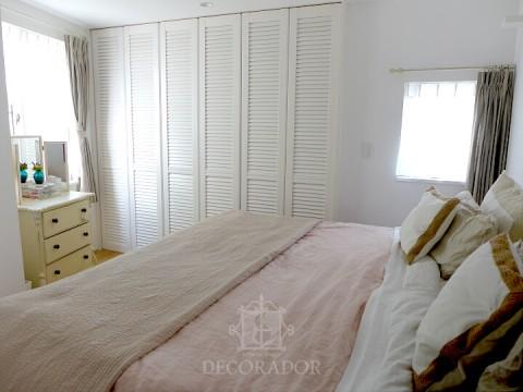 白を基調としたベッドルームの画像