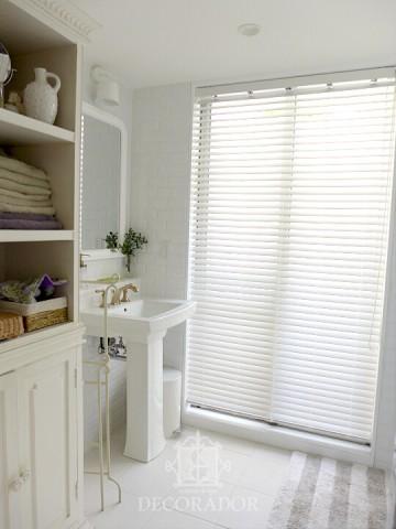 洗面所のウッドブラインドの画像