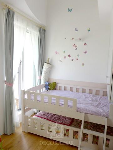 ウォールステッカーが貼られた子供部屋の画像