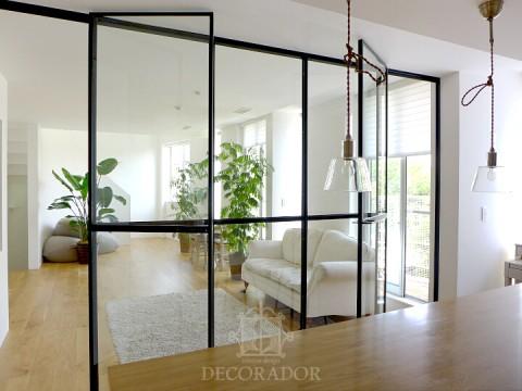透明ガラスの間仕切りの画像