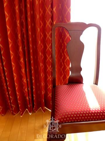 カーテンと椅子のコーディネート画像
