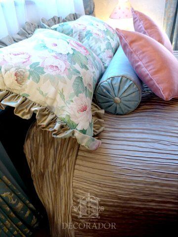 ベッドカバーとクッション