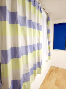 カーテンに合わせてネイビーブルーのロールスクリーンにしました。