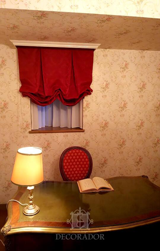 小窓はバルーンシェードでアクセント