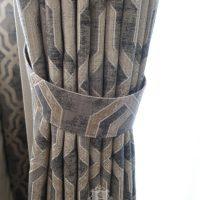 幾何学デザインのカーテンとタッセル